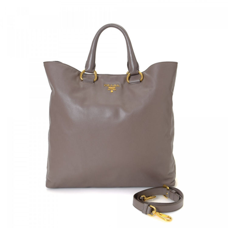bb29bbd1c6e5 LXRandCo guarantees this is an authentic vintage Prada Two Way tote. This  iconic tote bag in beautiful brown is made in nappa calf.
