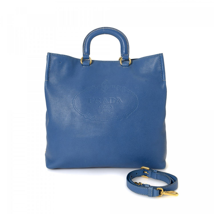 216dbc9edd21 The authenticity of this vintage Prada Two Way tote is guaranteed by  LXRandCo. This everyday tote bag in blue is made in jacquard leather.