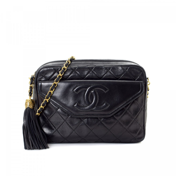 4bef914736d0 LXRandCo guarantees the authenticity of this vintage Chanel CC Logo Chain  shoulder bag. This lovely satchel was crafted in lambskin leather in black.