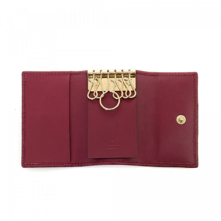 8f698accde3dc6 LXRandCo guarantees the authenticity of this vintage Gucci Micro Key Holder  wallet. This classic wallet was crafted in guccissima leather in beautiful  ...