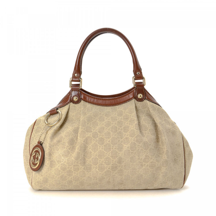 29a1996e1ce7 LXRandCo guarantees the authenticity of this vintage Gucci Sukey Bag tote.  Crafted in gg canvas, this practical bag comes in beautiful beige.