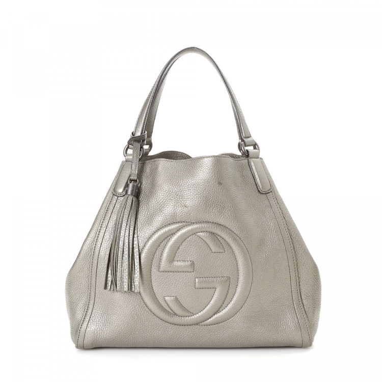 bb0a9cff6 The authenticity of this vintage Gucci tote is guaranteed by LXRandCo. This  practical tote was crafted in soho leather in metallic silver.