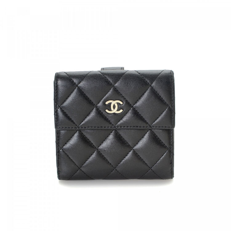 023a00f23cfc LXRandCo guarantees the authenticity of this vintage Chanel Compact wallet.  This lovely wallet in beautiful black is made in lambskin leather.