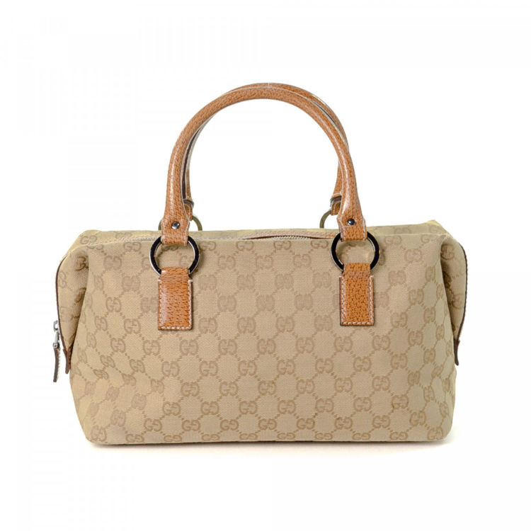9ce6b6a58ba The authenticity of this vintage Gucci handbag is guaranteed by LXRandCo.  This classic bag was crafted in gg canvas in beige. Very good condition  (A)