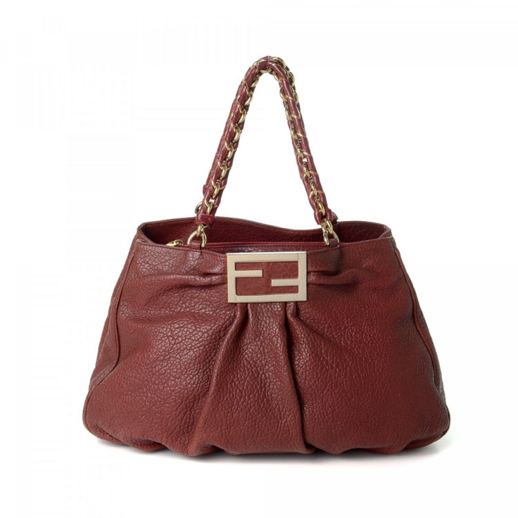 4cb711be62 LXRandCo guarantees the authenticity of this vintage Fendi shoulder bag.  Crafted in leather