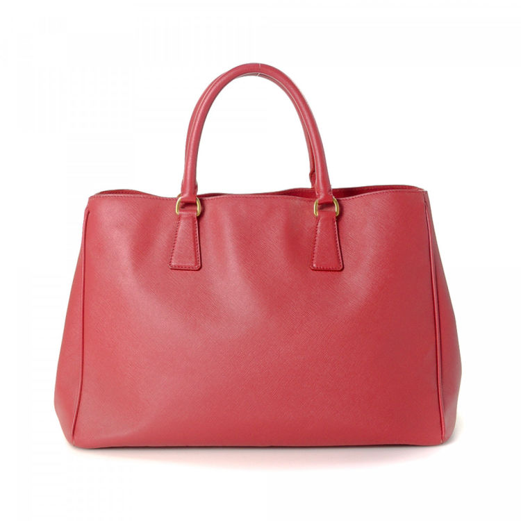 85e2a4569371 LXRandCo guarantees this is an authentic vintage Prada Promenade tote. This  exquisite tote bag was crafted in saffiano leather in red.