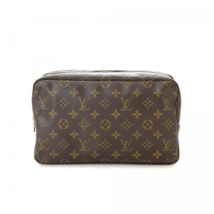 f5508420f46 LXRandCo guarantees the authenticity of this vintage Louis Vuitton Trousse  de Toilette 28 vanity case   pouch. This classic makeup case was crafted in  ...