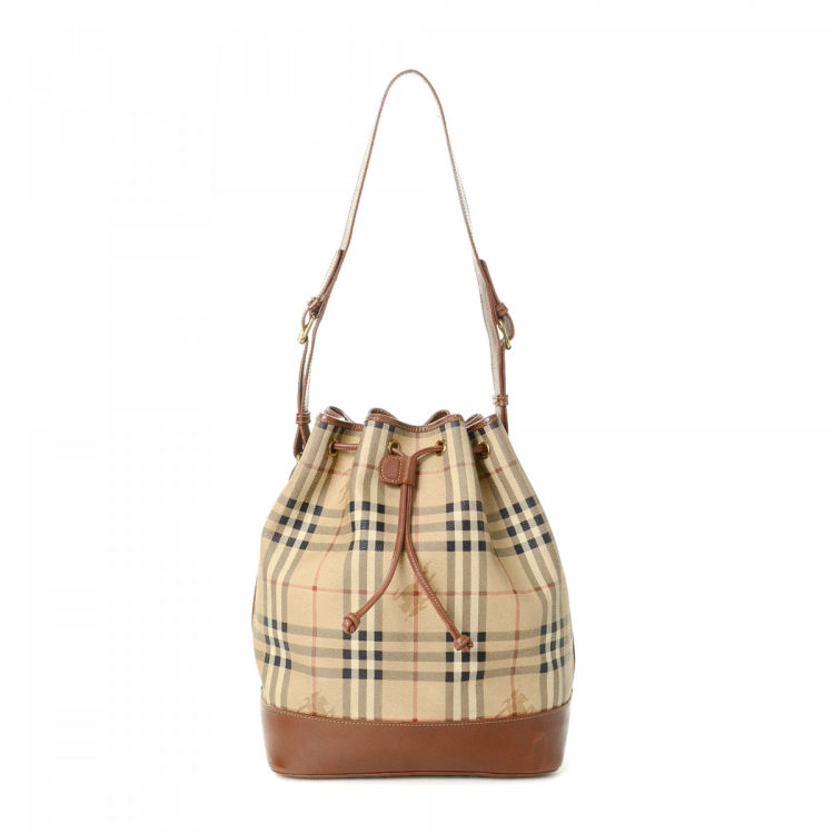 d1d3eb2f34a3 The authenticity of this vintage Burberry shoulder bag is guaranteed by  LXRandCo. This iconic shoulder bag in beautiful beige is made of pvc.