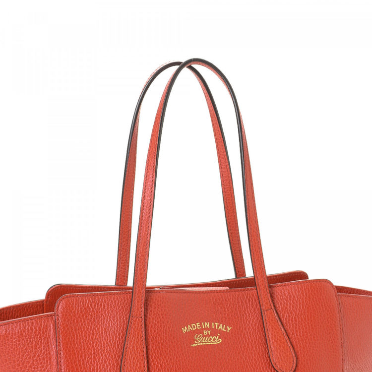 957ce11c58c660 LXRandCo guarantees the authenticity of this vintage Gucci Swing tote. This  luxurious tote comes in red leather. Due to the vintage nature of this  product, ...
