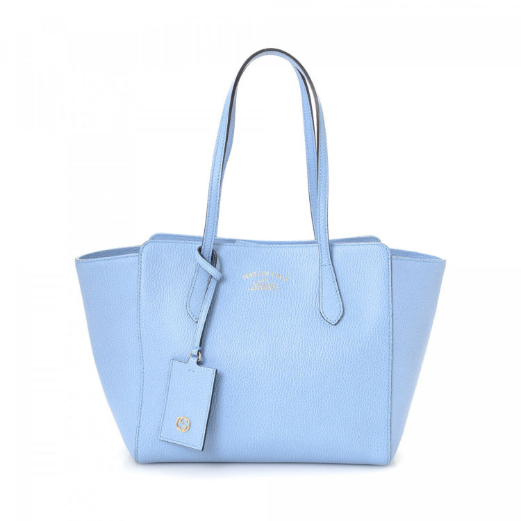 7d9fe24b25e2 The authenticity of this vintage Gucci Swing tote is guaranteed by  LXRandCo. This exquisite work bag comes in light blue leather. Very good  condition* (A)
