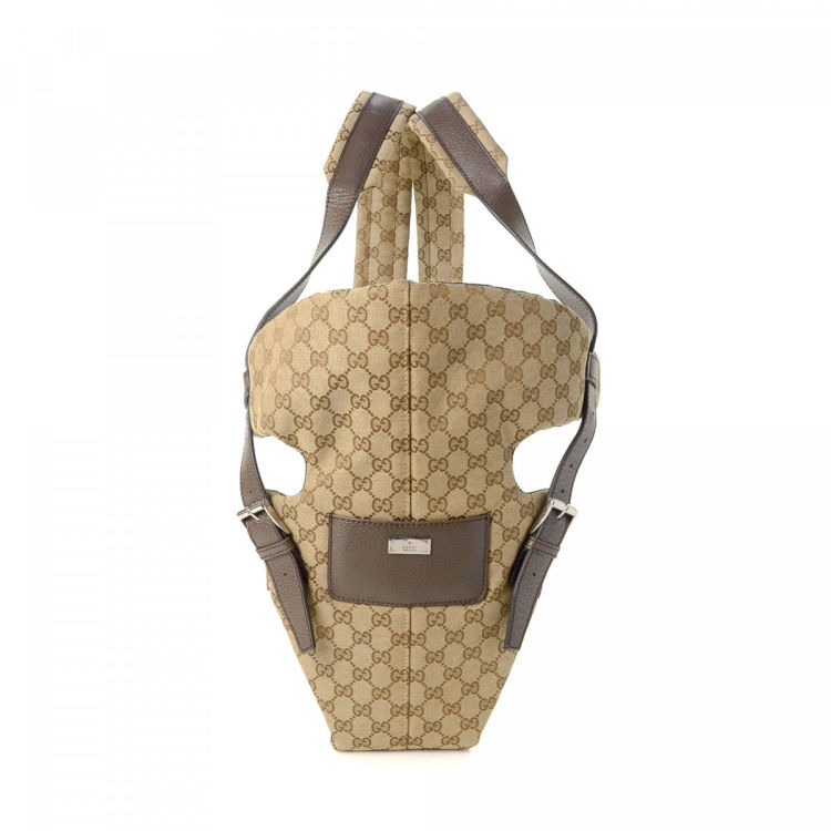 e0d7fc5d604e LXRandCo guarantees the authenticity of this vintage Gucci Baby Carrier  backpack. This luxurious backpack was crafted in gg canvas in beautiful  beige.