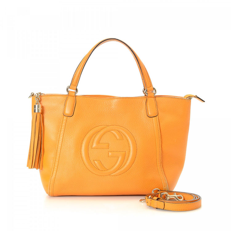 2f87f9b3cdc LXRandCo guarantees the authenticity of this vintage Gucci Two Way handbag.  This chic bag was crafted in soho leather in beautiful orange.