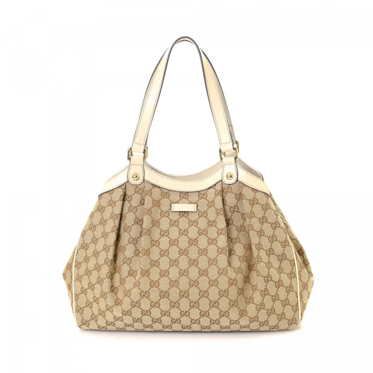 908b9b551f33 The authenticity of this vintage Gucci Bag tote is guaranteed by LXRandCo.  This beautiful bag in beige is made in gg canvas. Due to the vintage nature  of ...