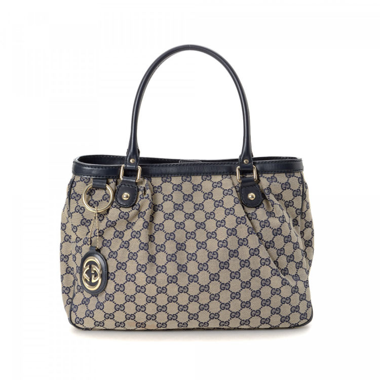 64a138369 LXRandCo guarantees this is an authentic vintage Gucci Sukey tote. This  iconic tote bag was crafted in gg canvas in beautiful beige.