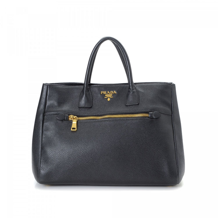 b071fa65b8752 LXRandCo guarantees the authenticity of this vintage Prada tote. This  luxurious bag was crafted in vitello daino leather in black. Due to the  vintage nature ...