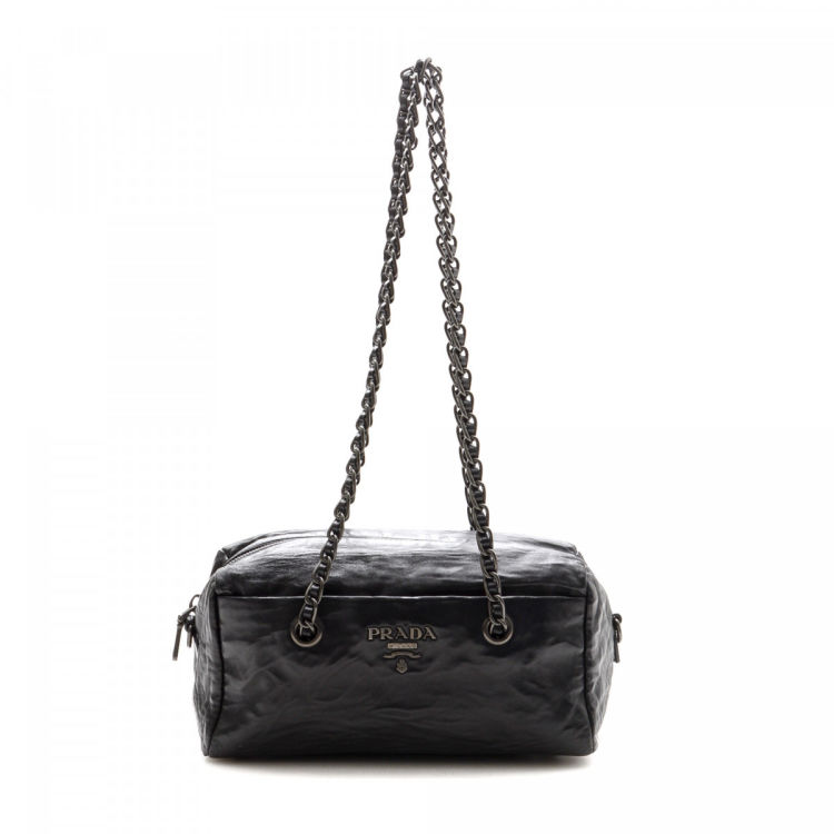 a4a5f2f42d26 LXRandCo guarantees the authenticity of this vintage Prada Chain shoulder  bag. This exquisite shoulder bag was crafted in vitello leather in black.