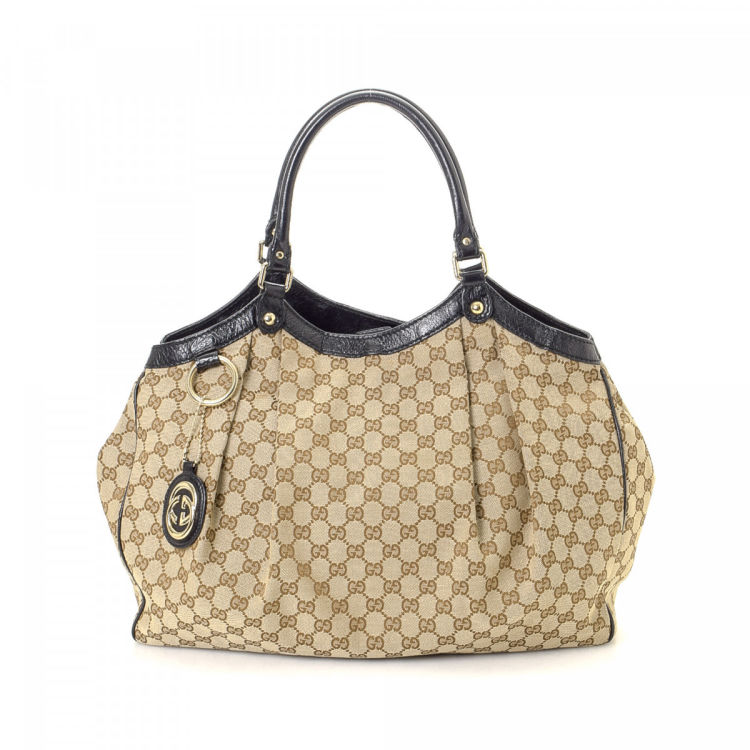 03a15ec3a256 The authenticity of this vintage Gucci Sukey tote is guaranteed by LXRandCo.  Crafted in gg canvas, this everyday work bag comes in beautiful beige.