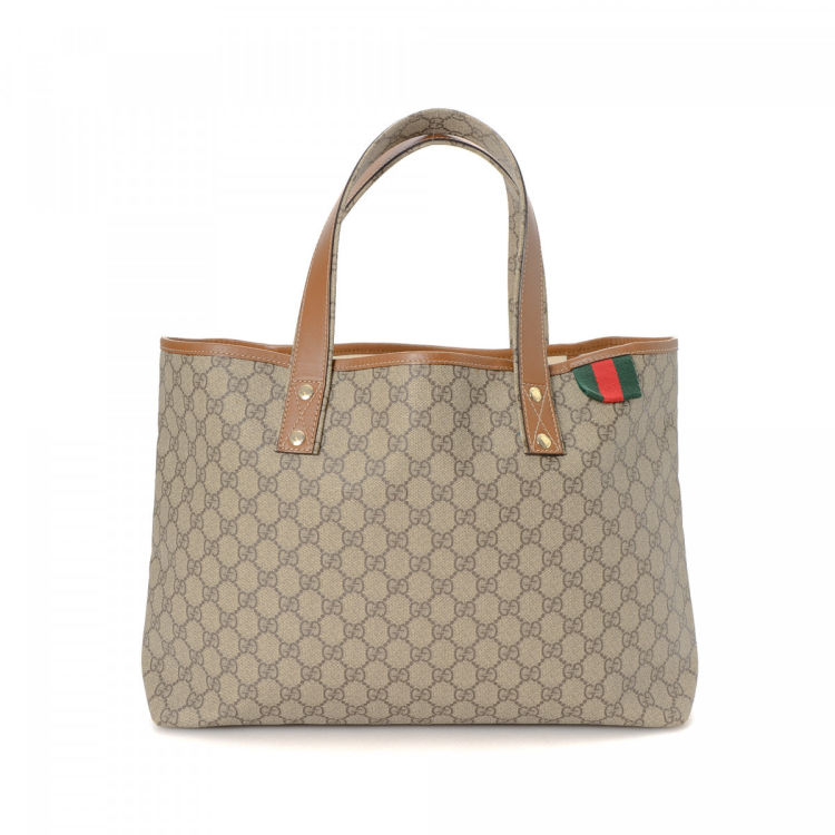 a6aa0e8d620 LXRandCo guarantees the authenticity of this vintage Gucci Web tote. This  beautiful tote bag in beige is made in gg supreme coated canvas.
