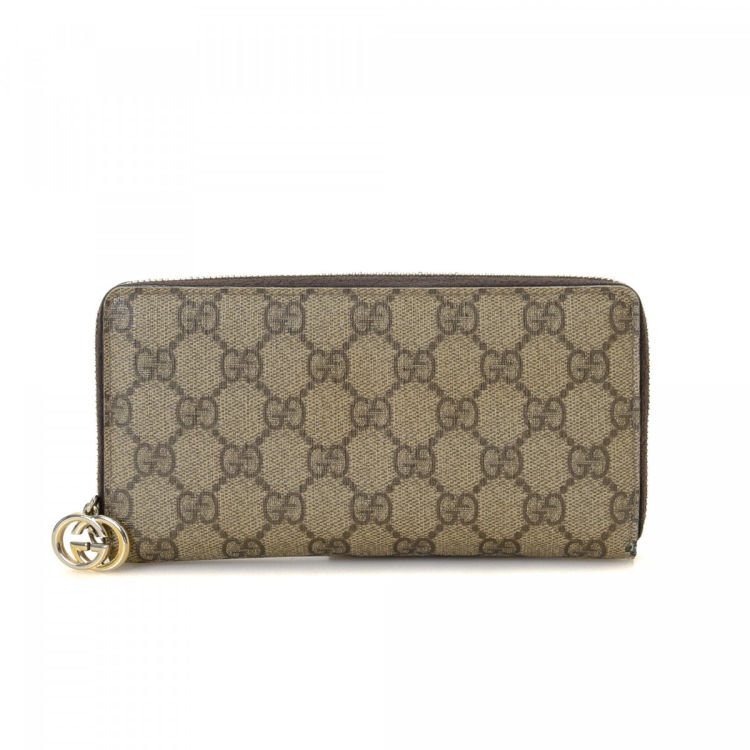 c711c31549e The authenticity of this vintage Gucci Zip Around wallet is guaranteed by  LXRandCo. This elegant wallet was crafted in gg supreme coated canvas in  beige.