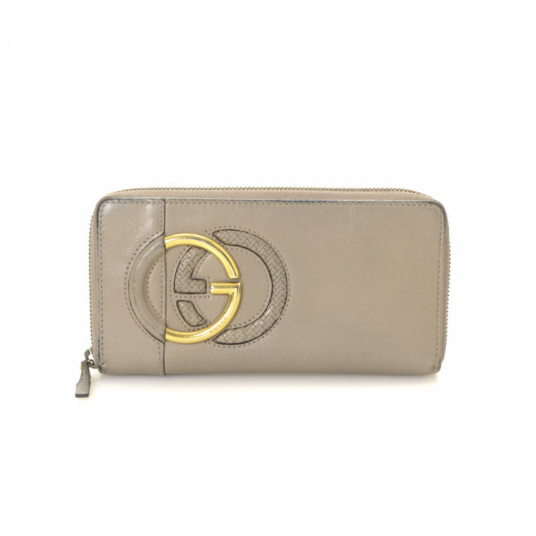1785a4c0b77 LXRandCo guarantees this is an authentic vintage Gucci Interlocking G Zip  Around wallet. This classic wallet was crafted in leather in grey.