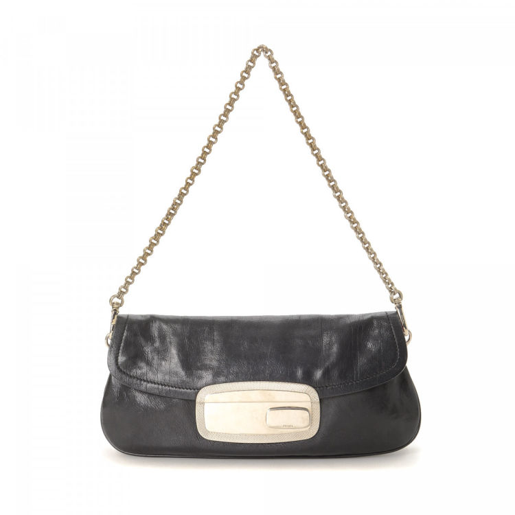 a2363c19023cf5 LXRandCo guarantees the authenticity of this vintage Prada Chain shoulder  bag. Crafted in cervo calf, this practical bag comes in beautiful black.