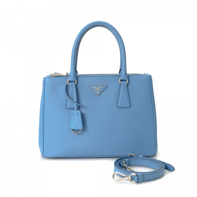 c07841f797f8 LXRandCo guarantees the authenticity of this vintage Prada Galliera Double  Zip Tote Small shoulder bag. This iconic satchel was crafted in saffiano  leather ...