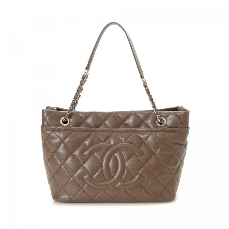 80b895fbf630 LXRandCo guarantees the authenticity of this vintage Chanel 31 Rue Cambon  Bag tote. Crafted in calf, this classic work bag comes in brown.