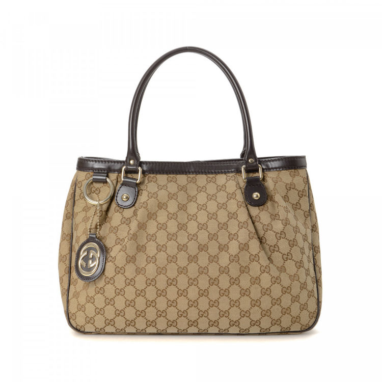 5f1f6953fb44 LXRandCo guarantees the authenticity of this vintage Gucci Sukey tote. This  refined tote bag was crafted in gg canvas in beautiful beige. Due to the  vintage ...