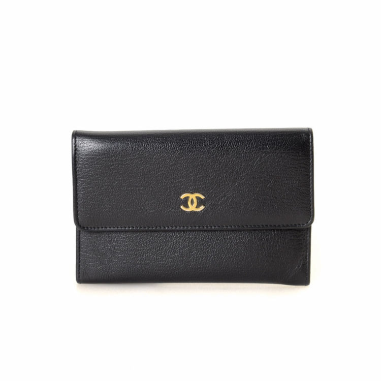 ad1685ad46c5 LXRandCo guarantees the authenticity of this vintage Chanel Compact wallet.  This practical wallet in black is made of leather. Due to the vintage  nature of ...