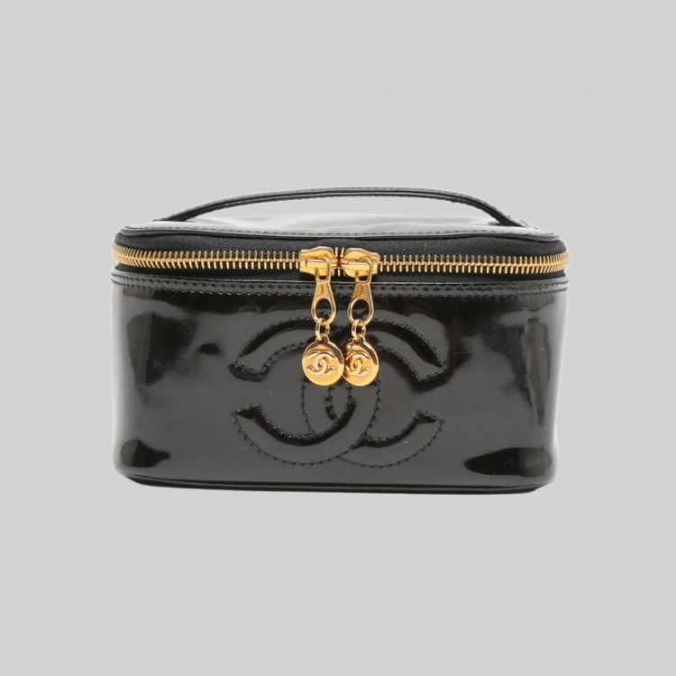 00662ad954e LXRandCo guarantees the authenticity of this vintage Chanel CC Cosmetics  Case vanity case & pouch. Crafted in patent leather, this stylish pouch  comes in ...