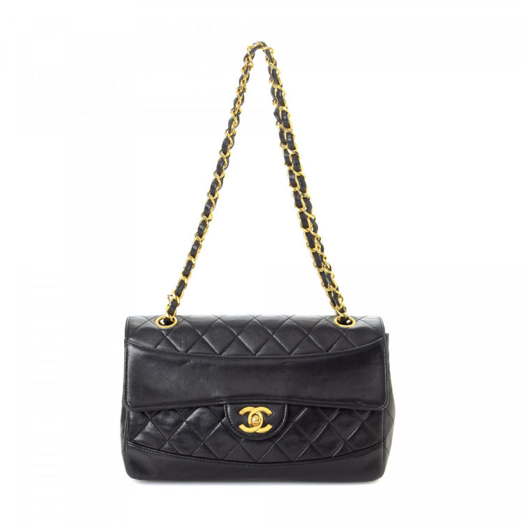 d275bedc67c2 LXRandCo guarantees the authenticity of this vintage Chanel CC Logo  shoulder bag. This refined satchel was crafted in lambskin in black.