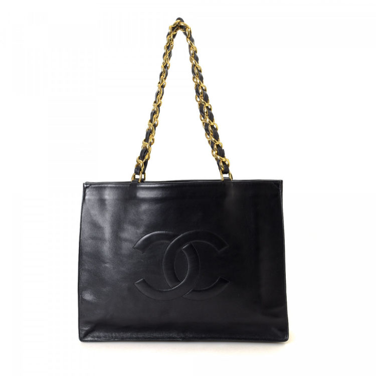 35e7c5b87ece LXRandCo guarantees the authenticity of this vintage Chanel CC Chain tote.  Crafted in lambskin