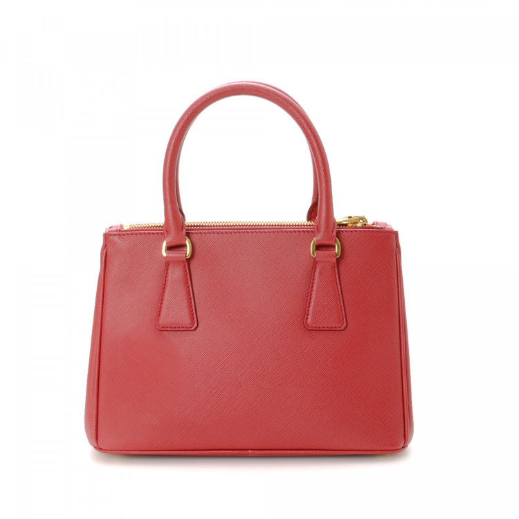 24b5a1f00eb8 LXRandCo guarantees the authenticity of this vintage Prada Galleria Double  Zip Mini tote. This luxurious bag was crafted in saffiano lux leather in red .