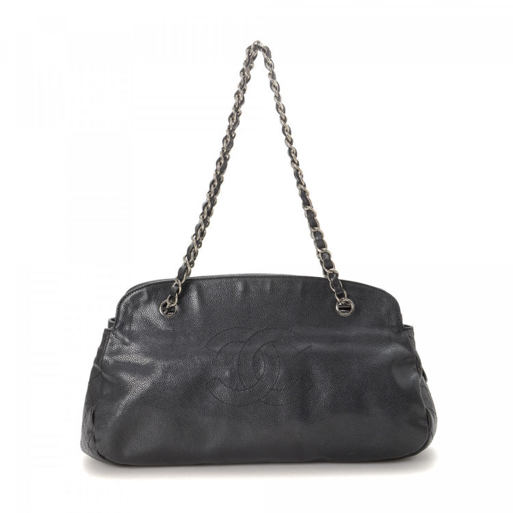 98fbe68185f4 The authenticity of this vintage Chanel CC Logo Chain tote is guaranteed by  LXRandCo. Crafted in caviar calf