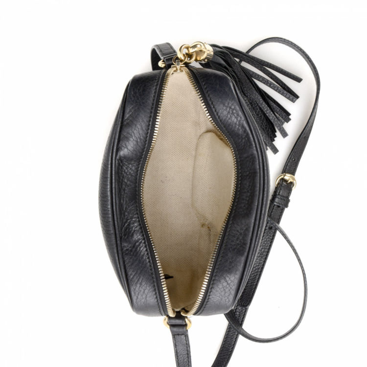 2897d92d9df The authenticity of this vintage Gucci Soho Disco Crossbody Bag messenger   crossbody  bag is guaranteed by LXRandCo. This luxurious messenger   crossbody ...