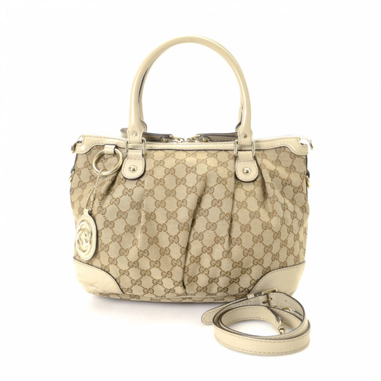 a3944ec7be8d The authenticity of this vintage Gucci Sukey tote is guaranteed by LXRandCo.  Crafted in gg canvas, this everyday tote bag comes in beige. Due to the  vintage ...