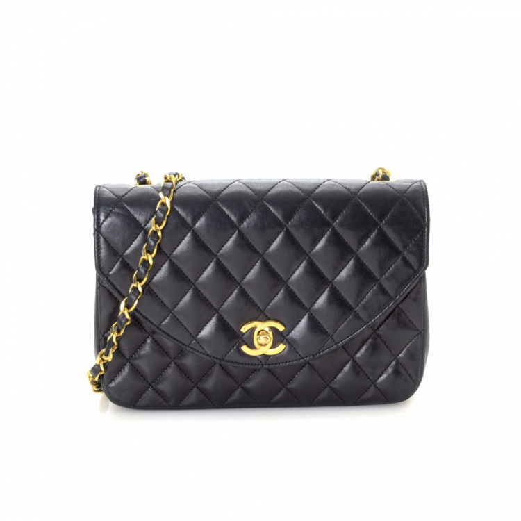 c6e54286d270 LXRandCo guarantees the authenticity of this vintage Chanel Chain shoulder  bag. Crafted in lambskin, this signature shoulder bag comes in beautiful  black.