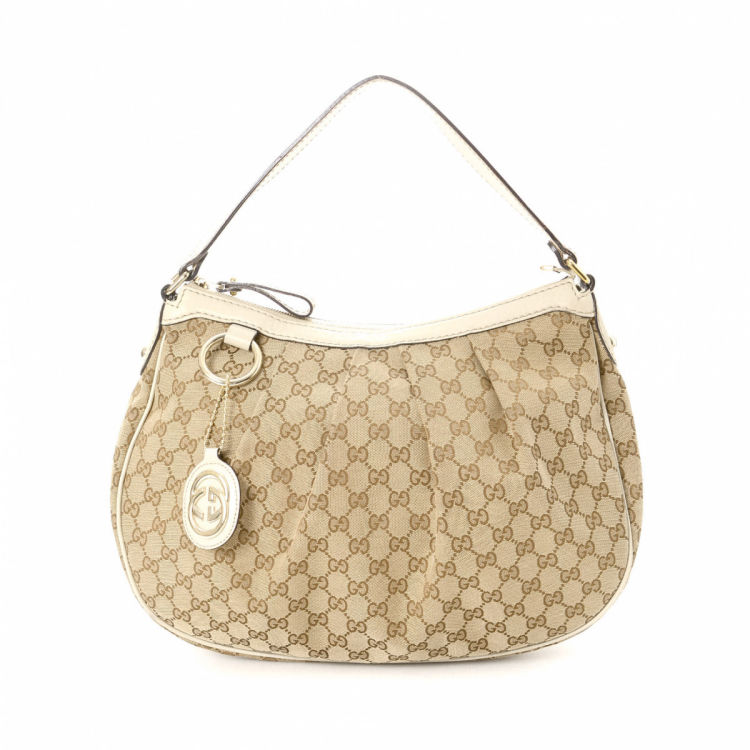 e524271e1af1 The authenticity of this vintage Gucci Sukey shoulder bag is guaranteed by  LXRandCo. Crafted in gg canvas, this luxurious shoulder bag comes in beige.