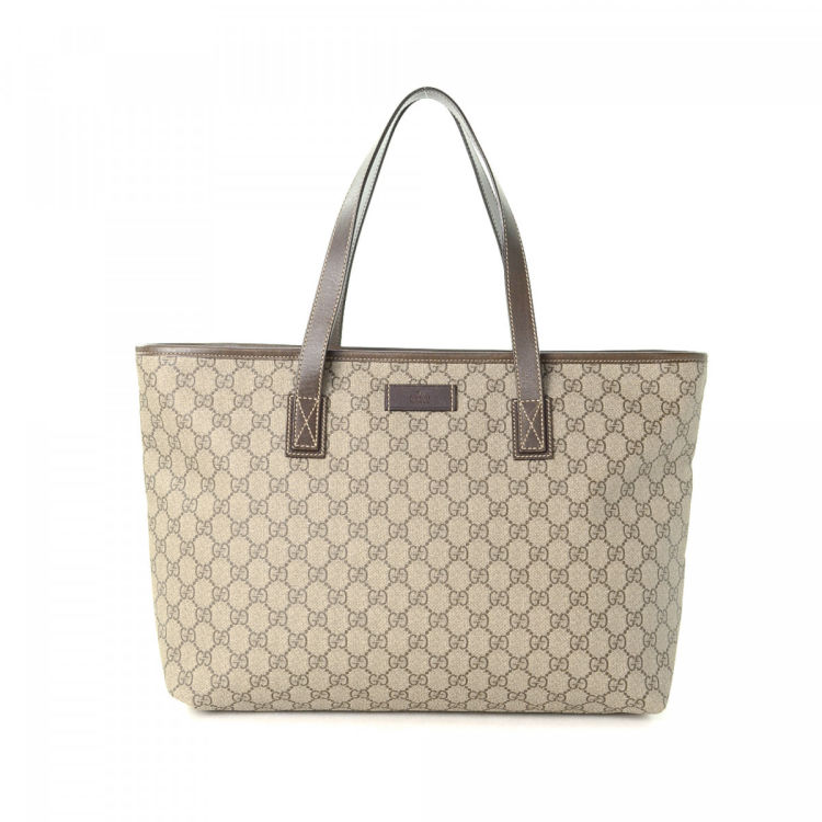 b73df4ebbdbf The authenticity of this vintage Gucci tote is guaranteed by LXRandCo. This  signature tote was crafted in gg supreme coated canvas in beige.